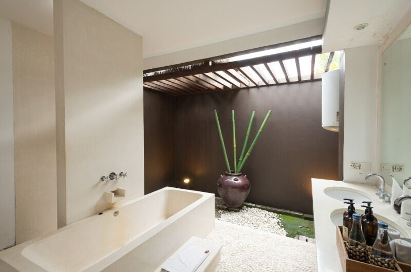 BVilla Spa Bathroom with Bathtub, Seminyak | 5 Bedroom Villas Bali