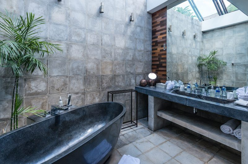 Casa Hannah Bathroom with Bathtub, Seminyak | 5 Bedroom Villas Bali
