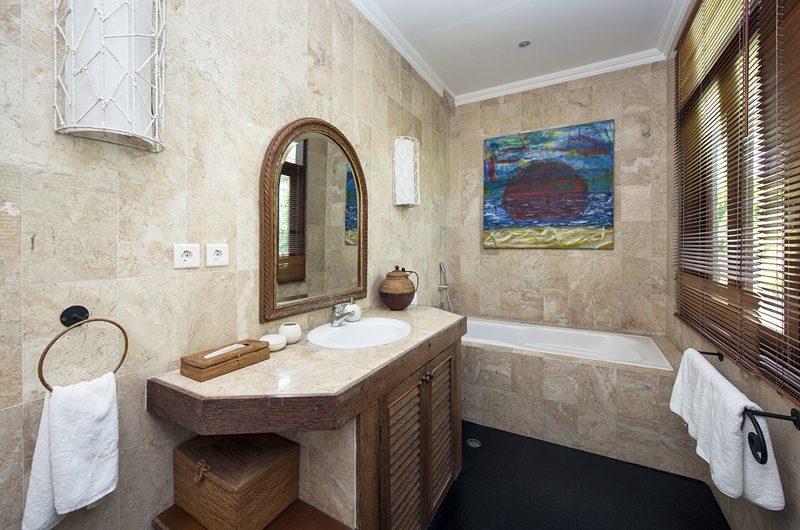 Villa Anyar Bathroom with Bathtub, Umalas | 5 Bedroom Villas Bali