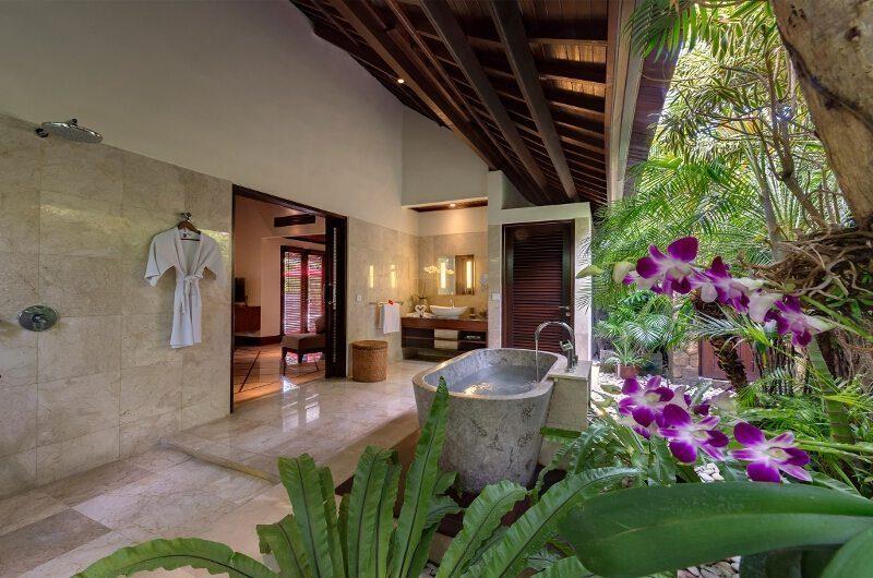 Villa Asta Bathroom with Bathtub, Batubelig | 5 Bedroom Villas Bali