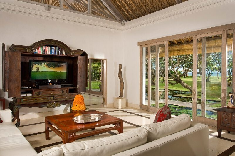 Villa Atas Ombak Lounge Area with TV, Batubelig | 5 Bedroom Villas Bali