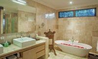 Villa Avalon Bali Bathtub with Rose Petals, Canggu   5 Bedroom Villas Bali