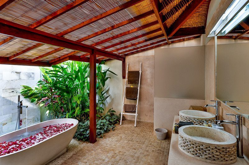 Villa Bibi Bathroom with Bathtub, Kerobokan | 5 Bedroom Villas Bali