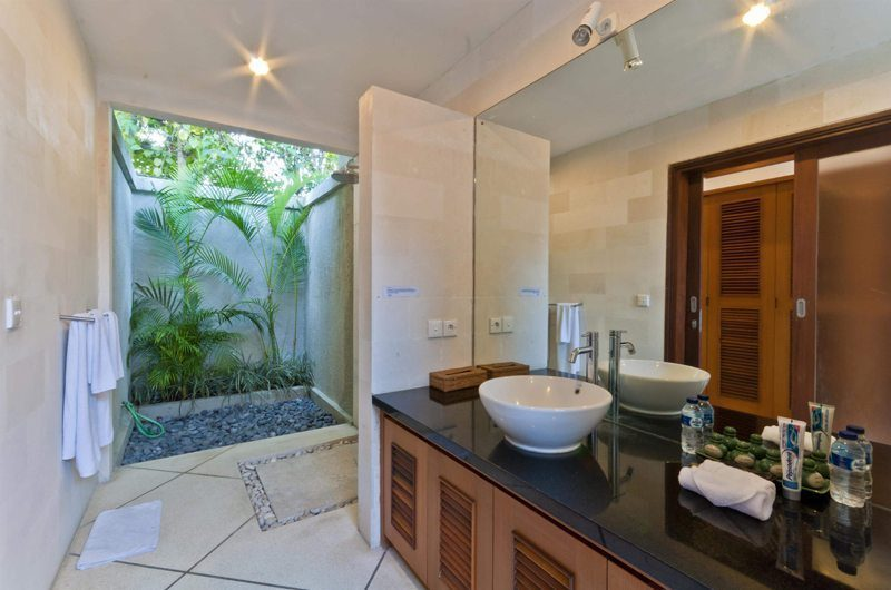 Villa Darma Bathroom with Mirror, Seminyak | 5 Bedroom Villas Bali
