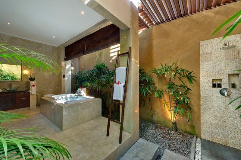 Villa Kalimaya Semi Open Bathroom with Bathtub, Seminyak | 5 Bedroom Villas Bali