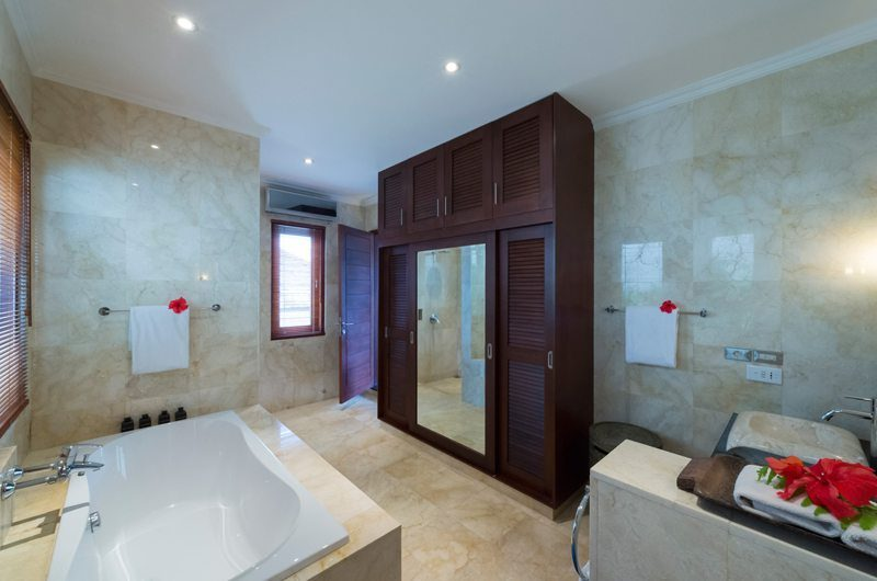 Villa Kalimaya Bathroom with Bathtub, Seminyak | 5 Bedroom Villas Bali