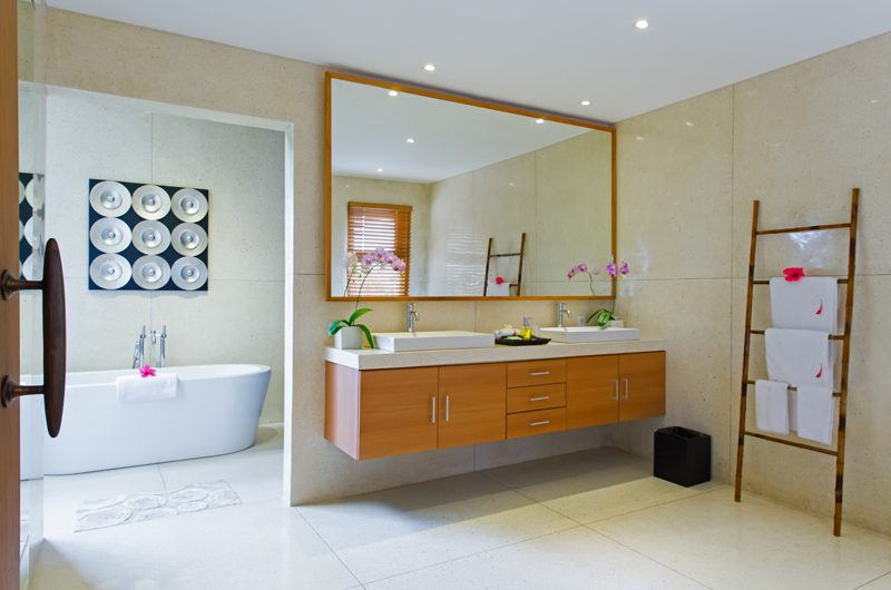 Villa Kinara His and Hers Bathroom with Bathtub, Seminyak | 5 Bedroom Villas Bali