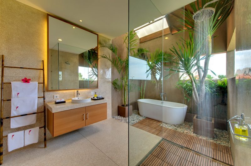 Villa Kinara Bathroom with Bathtub, Seminyak | 5 Bedroom Villas Bali