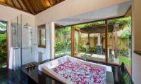 Villa Semarapura Bathroom with Bathtub, Seseh | 5 Bedroom Villas Bali