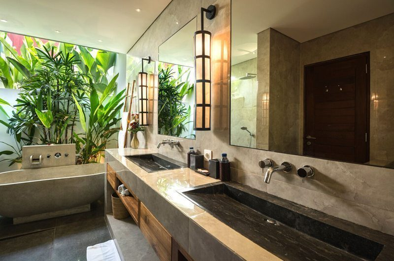 Villa Tangram Bathroom with Bathtub, Seminyak | 5 Bedroom Villas Bali
