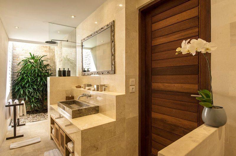Villa Tiga Puluh Bathroom with Mirror, Seminyak | 5 Bedroom Villas Bali